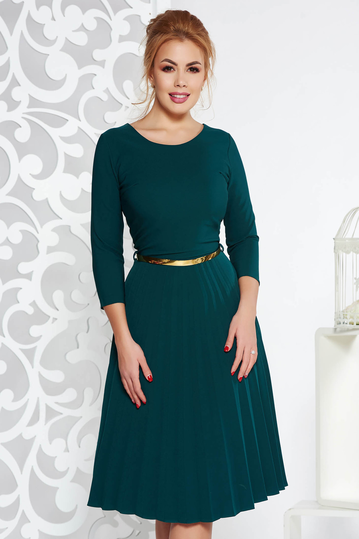 Rochie verde-inchis eleganta in clos plisata din stofa elastica subtire cu accesoriu tip curea