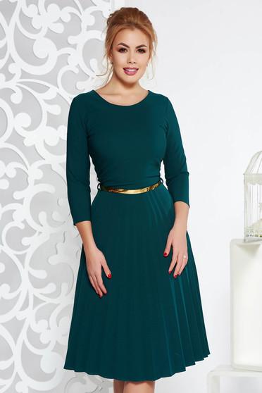 Rochie verde-inchis eleganta in clos plisata cu accesoriu tip curea din stofa elastica subtire