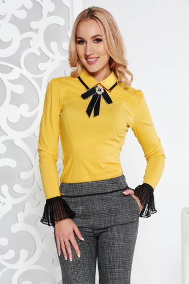 Body Fofy galben office cu un croi mulat din bumbac usor elastic accesorizat cu brosa