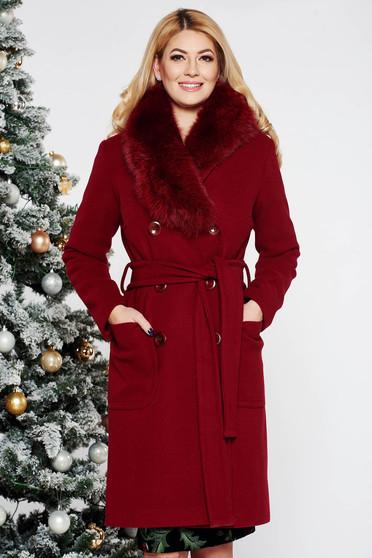 Palton LaDonna visiniu elegant cu un croi drept din lana cu guler din blana naturala