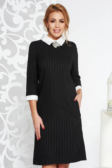Rochie neagra office cu un croi drept din bumbac usor elastic cu guler accesorizata cu brosa