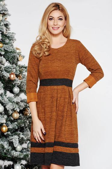 Rochie caramizie de zi in clos din material moale tricotat cu maneci lungi