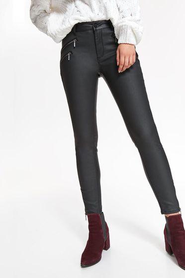 Pantaloni Top Secret negri casual cu un croi mulat cu talie medie accesorizat cu fermoar
