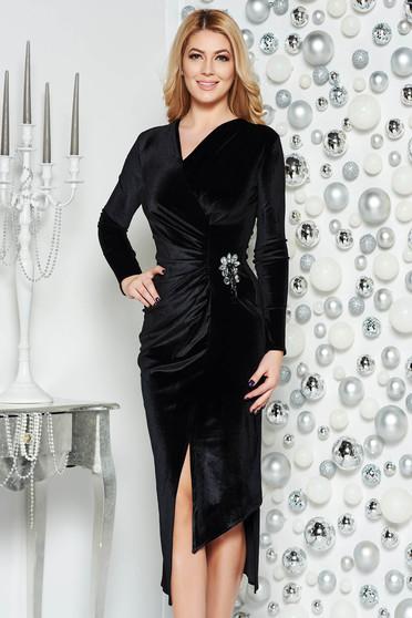Rochie neagra de ocazie asimetrica din catifea cu decolteu in v accesorizata cu brosa
