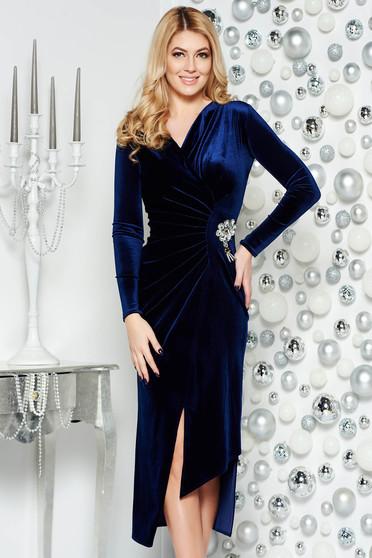 Rochie albastra-inchis de ocazie asimetrica din catifea cu decolteu in v accesorizata cu brosa