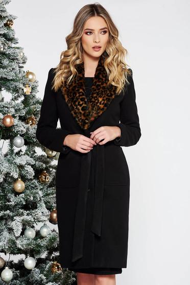 Palton negru elegant cu un croi cambrat din lana captusit pe interior accesorizat cu blana ecologica cu buzunare