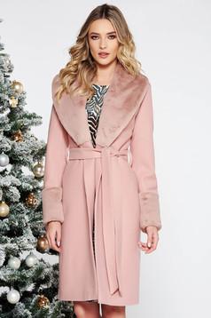 Palton roz deschis elegant cu un croi drept din lana captusit pe interior accesorizat cu blana ecologica accesorizat cu cordon