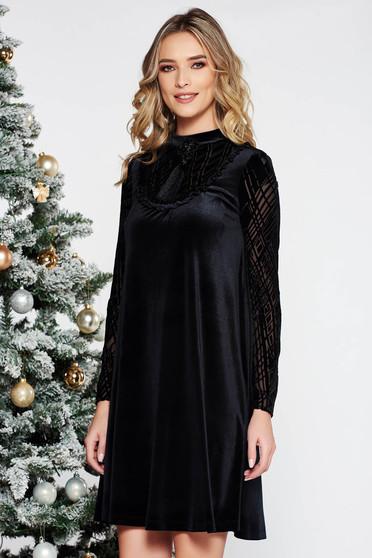 Rochie LaDonna neagra de ocazie cu croi larg din catifea captusita pe interior accesorizata cu brosa