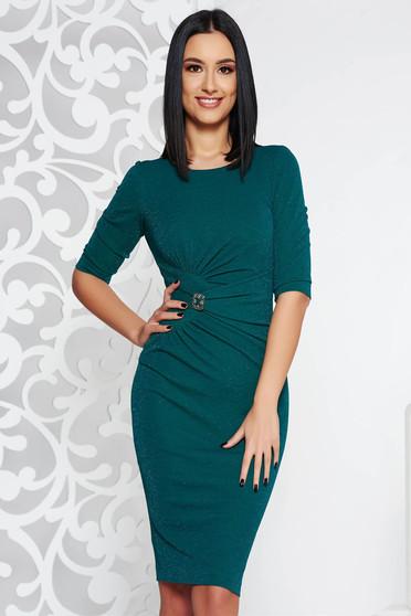 Rochie verde-inchis de ocazie midi tip creion din material elastic cu fir lame captusita pe interior accesorizata cu brosa