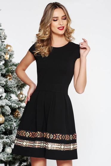 Rochie neagra eleganta in clos din stofa elastica subtire cu insertii de broderie