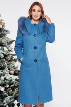 Palton albastru-deschis elegant cu un croi drept din lana captusit pe interior cu guler din blana naturala cu buzunare