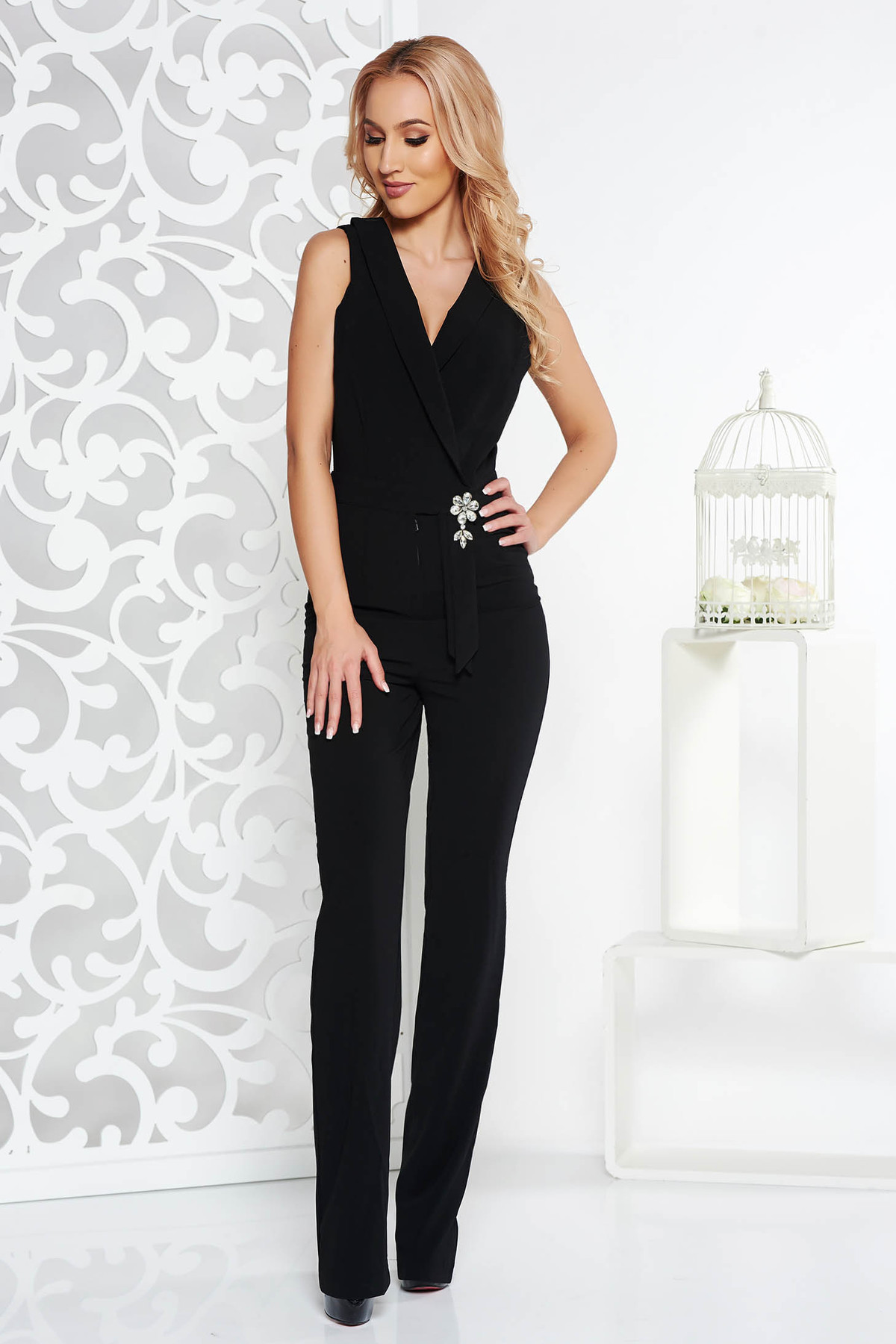 Salopeta PrettyGirl neagra de ocazie din stofa usor elastica accesorizata cu brosa