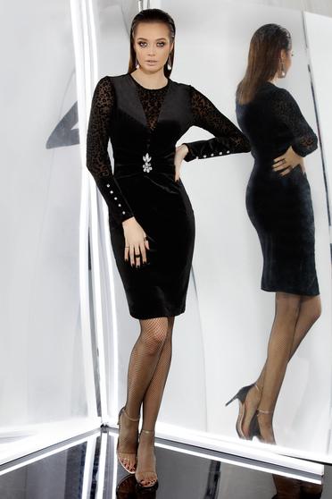 Rochie PrettyGirl neagra de ocazie tip creion din catifea captusita pe interior accesorizata cu brosa