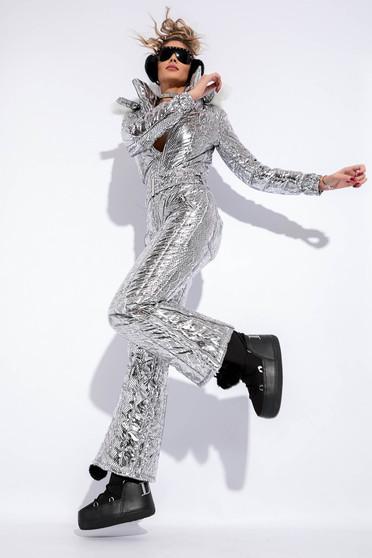 Salopeta argintie cu aspect metalic captusita pe interior cu gluga nedetasabila accesorizata cu blana ecologica
