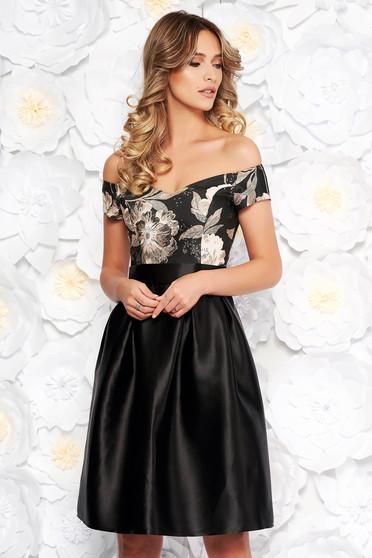 Rochie neagra StarShinerS de ocazie in clos din material satinat cu umeri goi accesorizata cu cordon