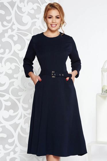 Rochie albastra-inchis eleganta midi in clos din stofa subtire usor elastica cu buzunare cu accesoriu tip curea
