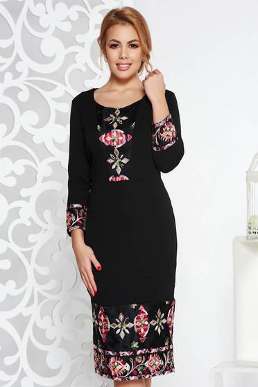 Rochie neagra eleganta midi tip creion din material elastic cu insertii de broderie