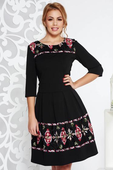 Rochie neagra eleganta midi in clos din material elastic cu insertii de broderie