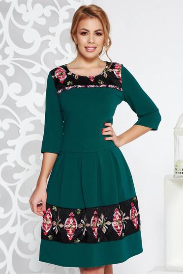 Rochie verde eleganta midi in clos din material elastic cu insertii de broderie