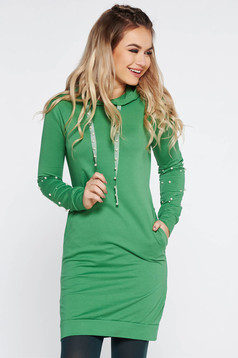 Rochie SunShine verde de zi din bumbac usor elastic cu un croi mulat cu aplicatii cu margele cu buzunare