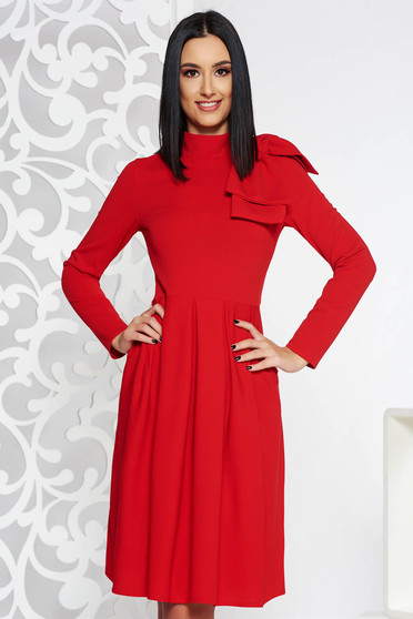 Rochie rosie eleganta in clos din material usor elastic accesorizata cu o fundita