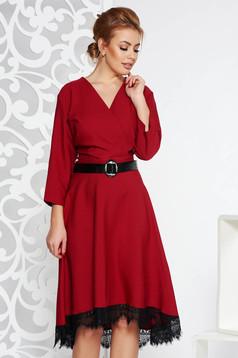 Rochie visinie eleganta din stofa neelastica in clos cu aplicatii de dantela cu accesoriu tip curea
