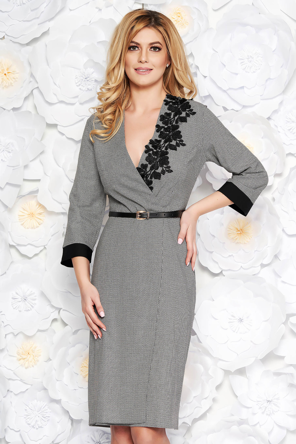 Rochie neagra eleganta din stofa neelastica cu decolteu in v cu aplicatii de dantela cu accesoriu tip curea