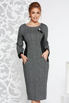 Rochie neagra eleganta din material gros cu buzunare accesorizata cu brosa