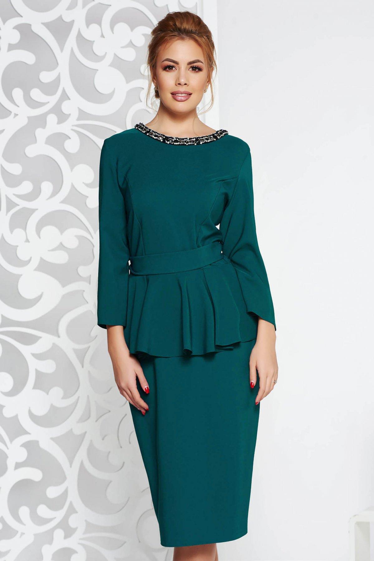 Rochie verde eleganta midi din stofa usor elastica cu peplum cu aplicatii cu pietre strass accesorizata cu cordon