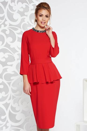 Rochie rosie eleganta midi din stofa usor elastica cu peplum cu aplicatii cu pietre strass accesorizata cu cordon