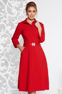 Rochie rosie eleganta de zi in clos din material usor elastic cu accesoriu tip curea