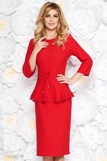 Rochie rosie eleganta midi din stofa usor elastica cu snur in talie cu aplicatii de dantela