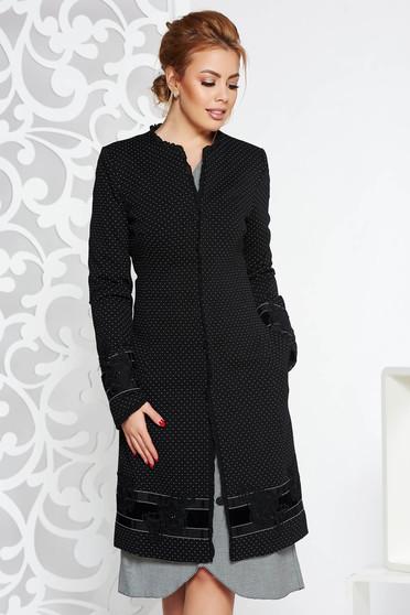 Trench LaDonna negru elegant cu un croi cambrat din stofa usor elastica cu insertii de broderie