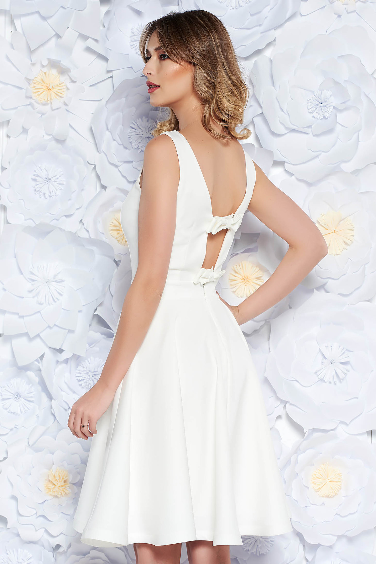 Rochie StarShinerS alba eleganta in clos din material usor elastic captusita pe interior cu spatele decupat cu fundita