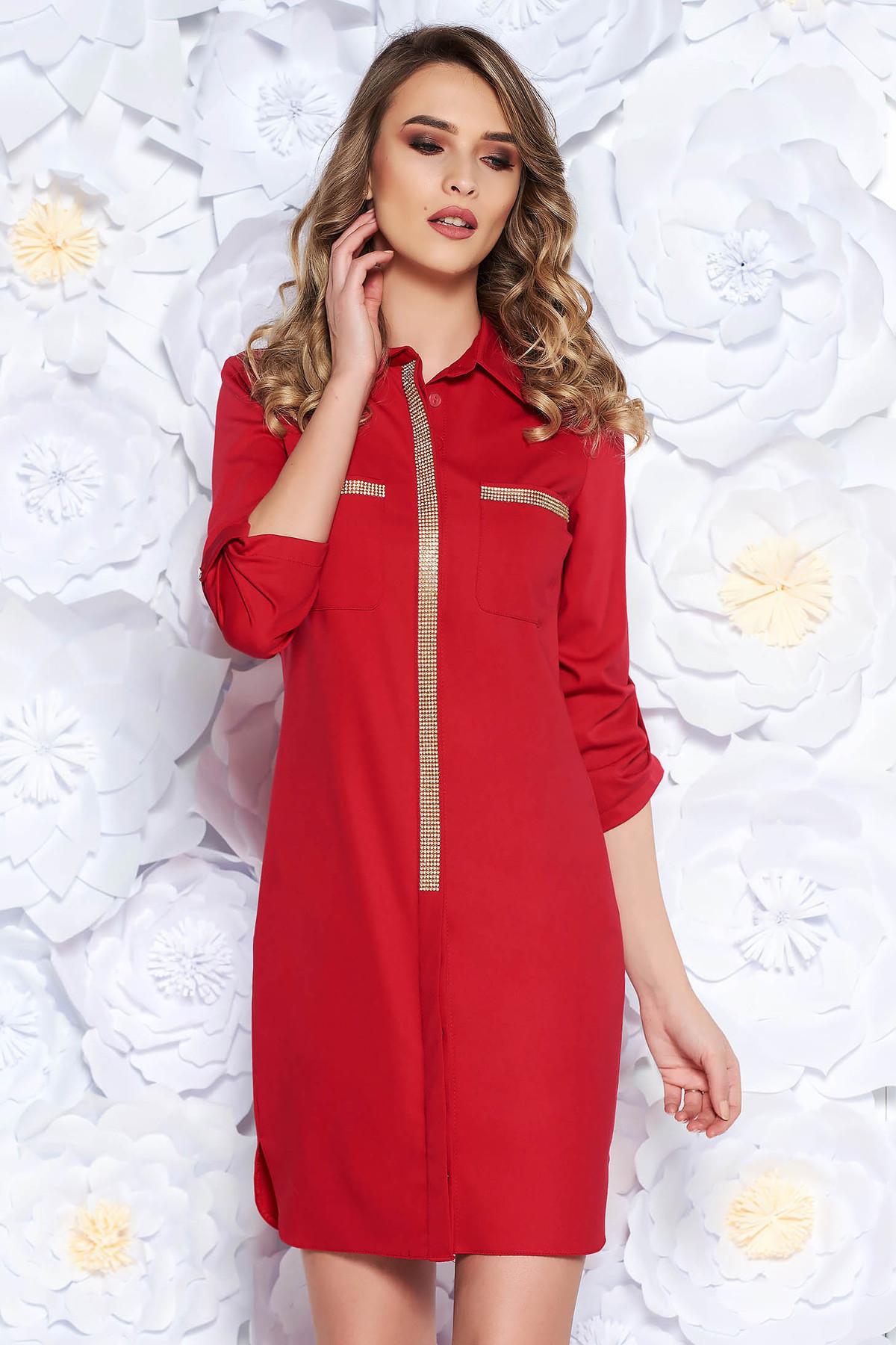 Rochie rosie casual cu un croi drept din material usor elastic cu aplicatii stralucitoare