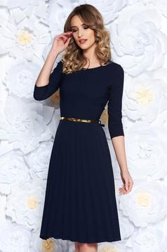 Rochie albastra-inchis eleganta in clos plisata din stofa elastica subtire cu accesoriu tip curea