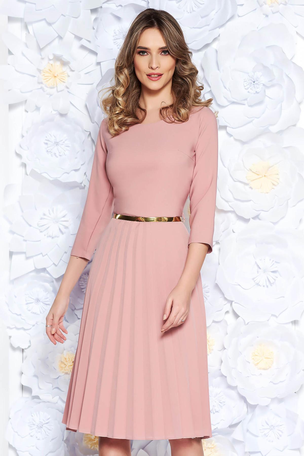 Rochie rosa eleganta in clos plisata din stofa elastica subtire cu accesoriu tip curea