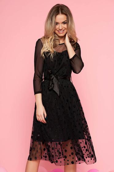 Rochie neagra de party in clos din tul captusita pe interior accesorizata cu cordon