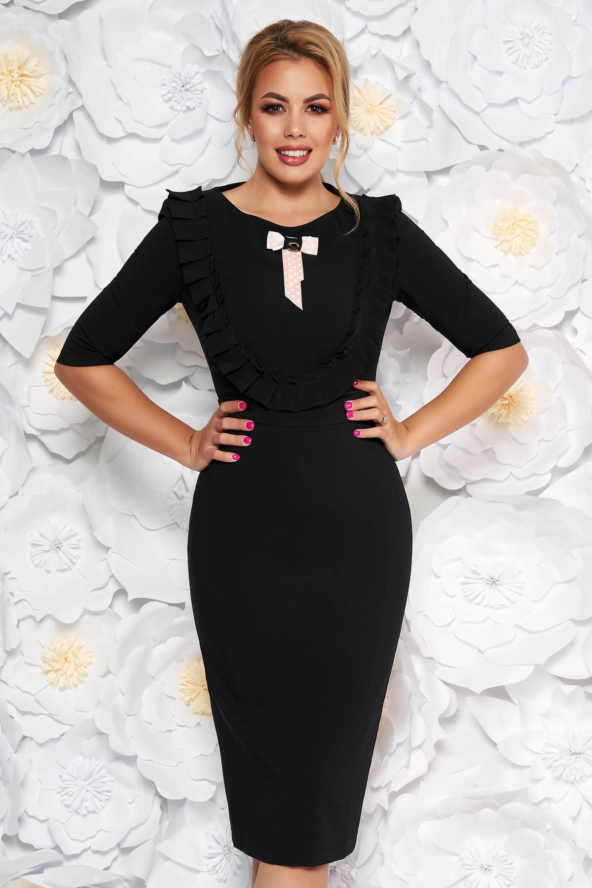 Rochie LaDonna neagra eleganta tip creion din stofa usor elastica captusita pe interior accesorizata cu brosa