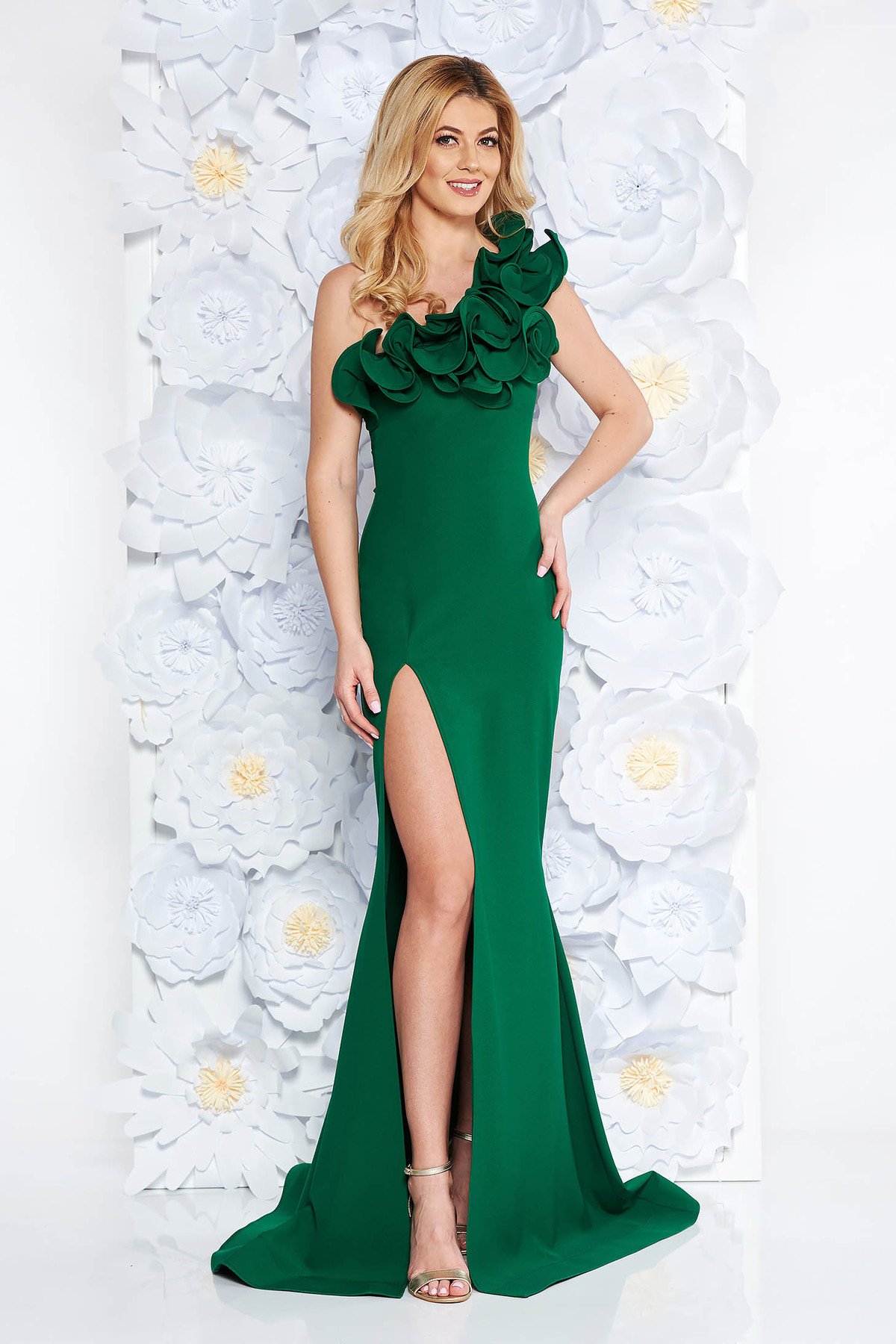 Rochie Ana Radu verde de ocazie cu un croi mulat lunga tip sirena din material elastic si fin cu volanase