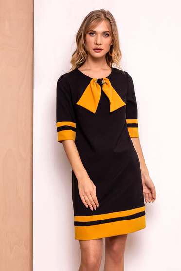 Rochie PrettyGirl neagra office cu croi in A din stofa usor elastica captusita pe interior accesorizata cu brosa