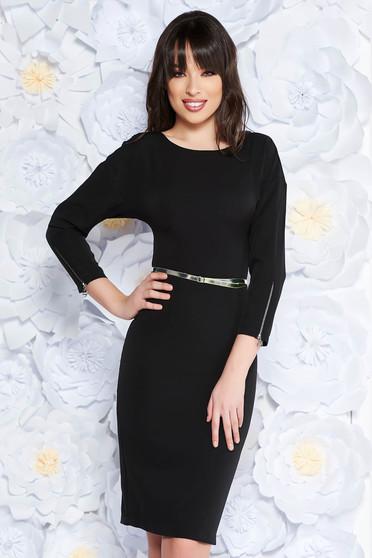Rochie PrettyGirl neagra eleganta midi din stofa subtire usor elastica captusita pe interior cu accesoriu tip curea
