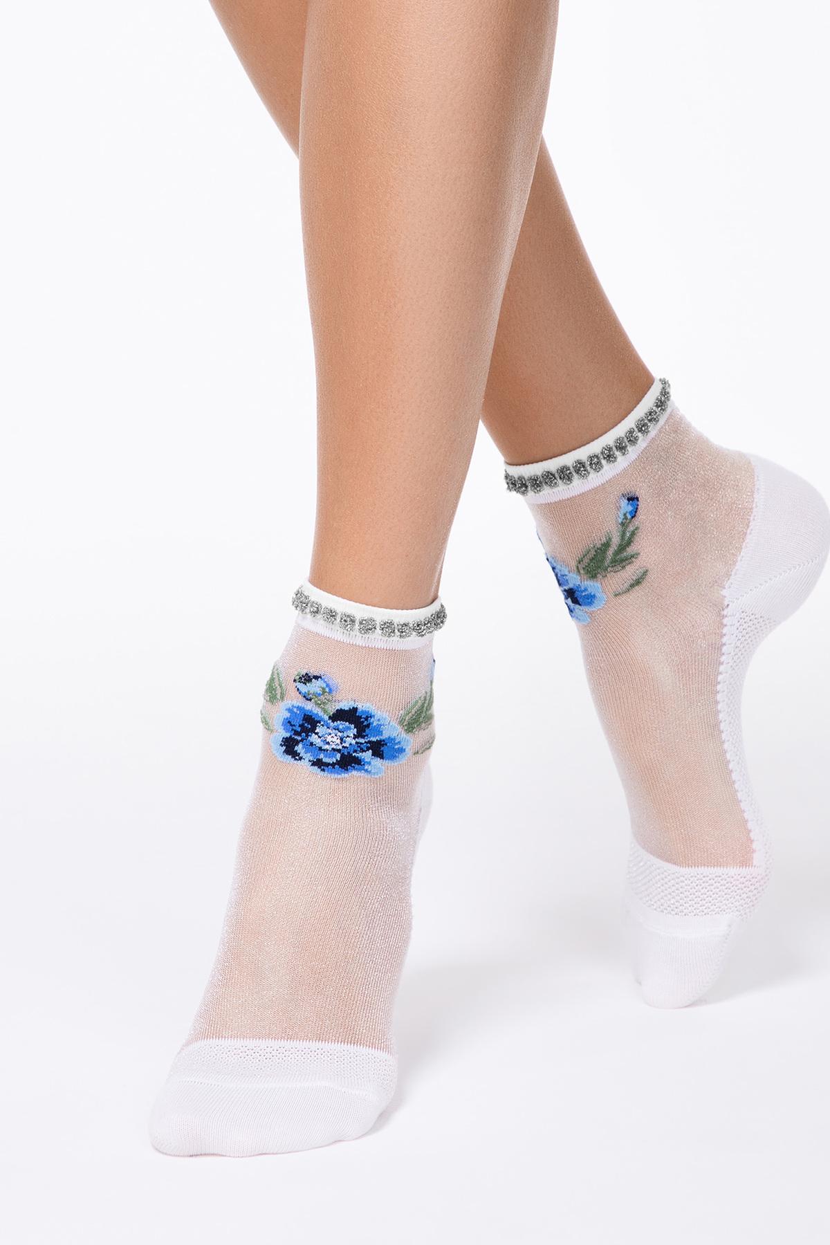 Sosete albastre din material transparent cu calcai curbat si imprimeu floral