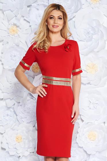 Rochie rosie eleganta cu un croi mulat din material usor elastic cu aplicatii stralucitoare