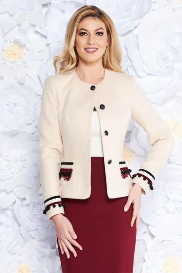 Sacou LaDonna crem elegant cu un croi cambrat din lana captusit pe interior cu aplicatii cusute manual