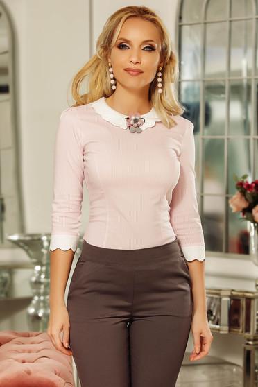 Camasa dama Fofy roz deschis office mulata cu guler rotunjit din bumbac usor elastic accesorizata cu brosa