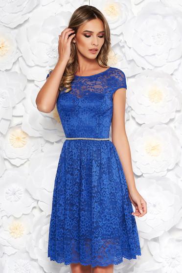 Rochie StarShinerS albastra eleganta in clos din dantela captusita pe interior accesorizata cu cordon