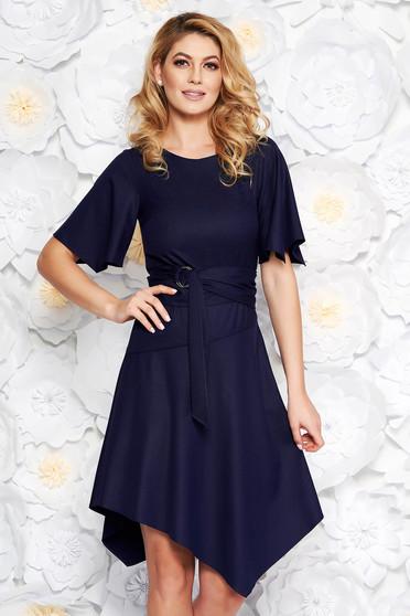 Rochie albastra-inchis de zi asimetrica din material fin la atingere accesorizata cu cordon