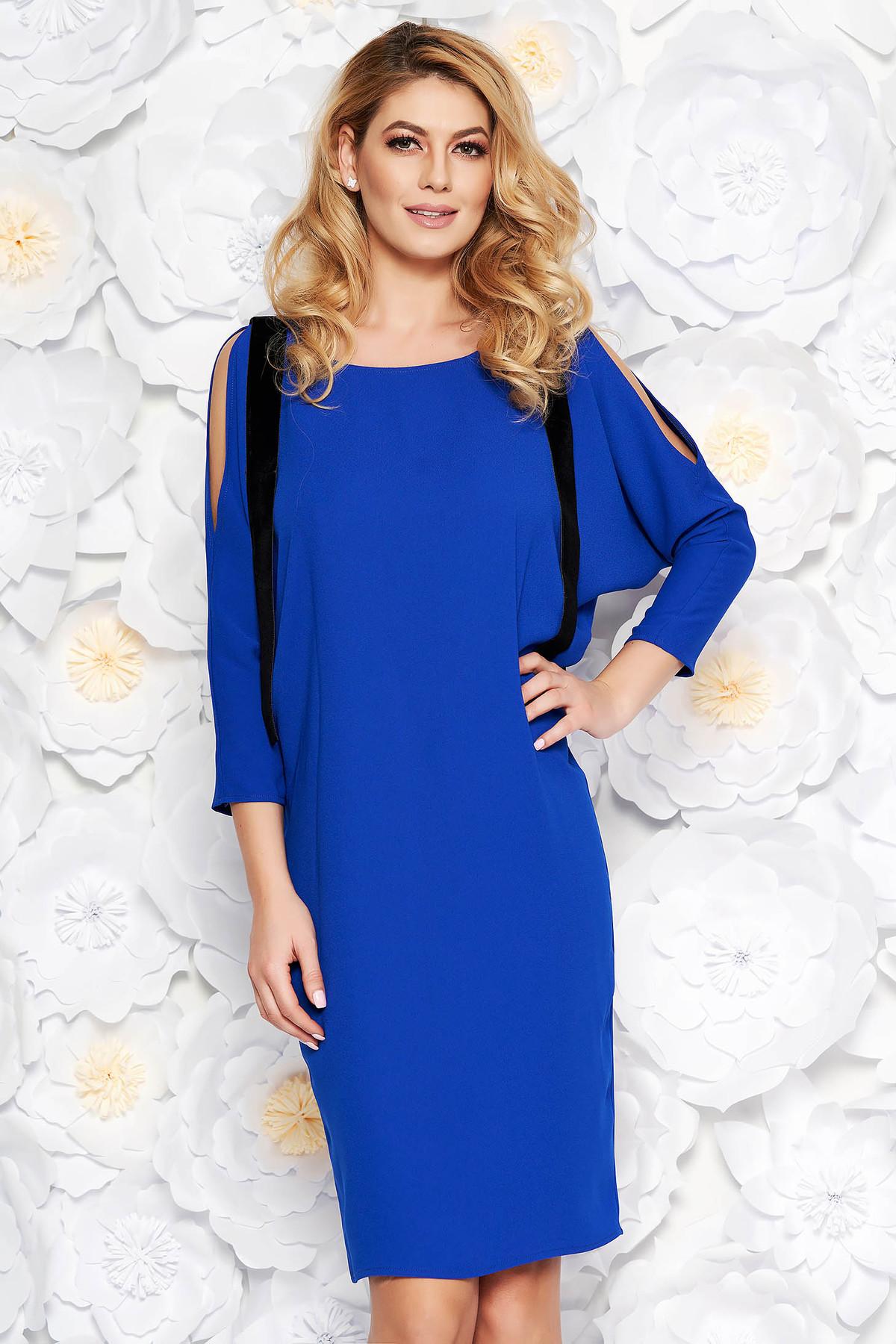 Rochie albastra eleganta cu un croi drept din material subtire cu umeri decupati