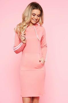 Rochie SunShine roz deschis de zi cu maneca lunga din bumbac usor elastic cu buzunare